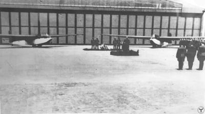 Trauerfeier vor Hangar #4 auf dem Flugplatz in