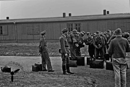Soldaten vor den Baracken in Eschborn